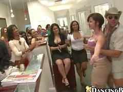 Tanzenbär Stripper erhalten Blowjob aus durchtriebene Girls