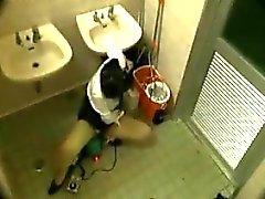 Ella está en el cuarto de baño digitación su arrebato y unido por un