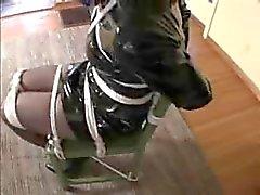Stoel vastgebonden Tranny in een glanzende jurk