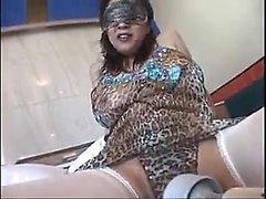 Donna asiatica con scopa figa pelosa in calze bianche