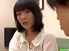 Mogna Asian fru Hitomi njuter en erotisk dusch