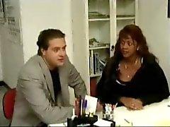 Valkoinen lääkäri antaaAnal Crempie Hänen Musta Raskaana