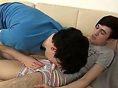 Twink film Horny Storbritanniens knoppar Djup i halsen ned fontäner av STIF
