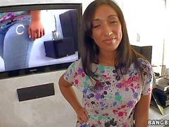Flirty Latina Leona Dulce takes of fher jeans