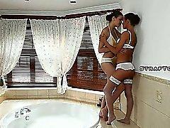 Lesbica che bevono e che scopano nella vasca idromassaggio