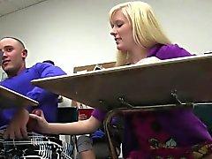 College шлюха подпрыгивая на краном после занятий