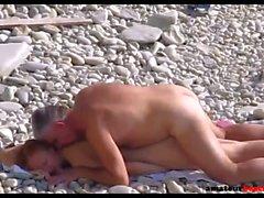 Jeune femme nudiste baisée sur la plage publique