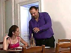 Muchacho de entrega es pagada de golpear la joven esposa
