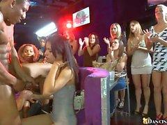Frech Frauen haben Spaß engulfing peckers