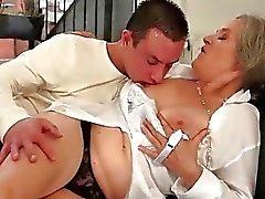 Jungen Mann verdammt heiß vollbusigen Großmutter