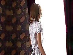 Söt liten japansk flicka gör en långsam , förförisk striptease