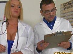 Enfermera de CFNM en a Krissy de Lynn acciones el sexo en grupo