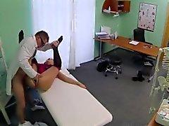 Brunette cabelo paciente eléctricas fodida pelo médico