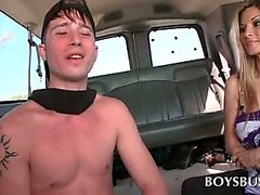 Toplesse Teenager Typ wird in den Homosexuell Sex im Bus ausgetrickst