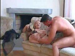 Vollbusige Oma in der Strumpfhosen liebt Hahn