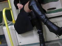 Menina em meias e botas de couro preto piscando em um ônibus