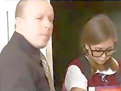 Esmer kız öğrenciler gözaltında ve öğretmen uzakta olduğunda başka bir öğrenciyi patlama