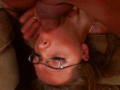 Brunette gözlük fahişe onu kapmak vurma