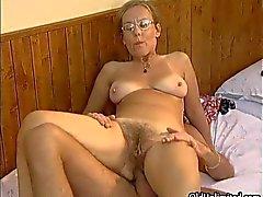 Aikuinen kotiäiti ottaa orgasmia