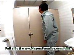 Arisa Kanno jonge Japanse schoolmeisje in de badkamer