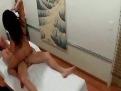 De cliente córneo bang la masajista durante la reunión