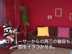 Carina Rino Mizusawa gode del suo giocattolo nuovo all'interno del micio
