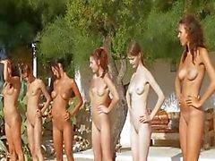 Seis meninas nuas na piscina da França