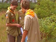 молодежь мальчики играют в Boyscouts