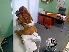 Forme de La brune aime baiser son docteur
