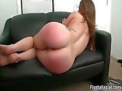 Het brunett tjej får hennes fitta knullad