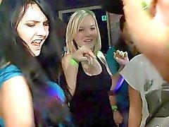 Vazamento buceta na pista de dança