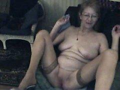 Ältere französische Oma mit Spielzeugleben für meine Webcam