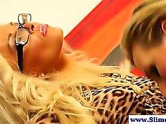 Strapon brandissant des lesbien en gloryhole faire le bukkake