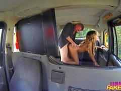 FemaleFakeTaxi sudicia faccia per il driver di procace