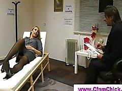 Sleeping CFNM bir sarışın bayana hortumla yıkamak