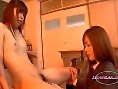 Schoolgirl med små bröst Kissing bröstvårtor sög Body And Pussy slickas på stolen i Classroo