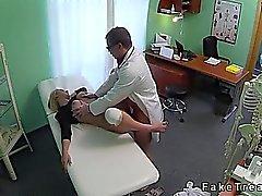 Isot tissit Saa Blonde vahinkoa kärsineen polven kuseen lääkärille