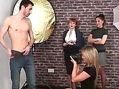 Amateur Kerl Bänder für Naughty britische CFNM Mädchen Kamera