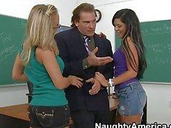 Deux étudiants de en rut ayant rapports sexuels avec des du enseignant dans la classe