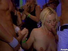 gang bang núcleo duro en club nocturno