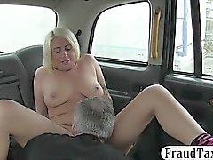 Tatuoida blondi nainen on perseestä irti ja jyskytti ohjaamossa