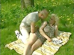 Loira Chubby gordo com peitos grandes fodendo seu amante ao ar livre
