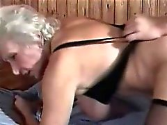 Peludas abuelita córneo el interior una sauna Bang
