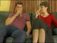 Età matura del brunette è data della bevanda alcolica fa il suo woozy e il lei si scopata