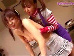 Jeune fille Embrasser se frotte ses seins Tétines aspirés le bureau dans le classe