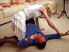 A esposa pune o marido , sentado em seu rosto