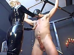 Domina in latex catsuit martelen slechte slaaf