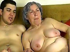 OmaPass Genç bir çocuk kız arkadaşıyla olan çok eski babaanne becer