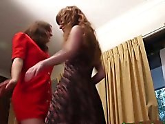 Lesbiennes d'amateur pissing en plein air