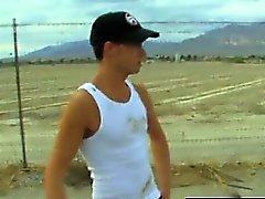Женоподобный мужчина видео- Камдена Christianson является автостопом в пустыню